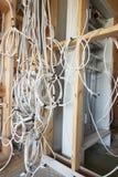 Ny elektrisk installation på trähuset arkivfoto