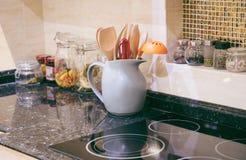 Ny elektrisk ugn med induktionscooktop i kök, closeup arkivfoton