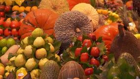 Ny exotisk frukt stannar p? marknaden Mercaten eller Mercadoen de Sant Josep de la Boqueria i Barcelona, Catalonia, Spanien arkivfilmer