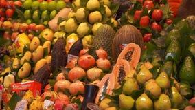 Ny exotisk frukt stannar p? marknaden Mercaten eller Mercadoen de Sant Josep de la Boqueria i Barcelona, Catalonia, Spanien stock video