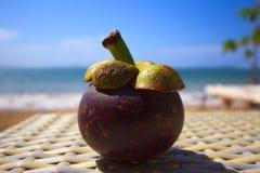 Ny exotisk mangostinfrukt på en balinesestrand Arkivbild