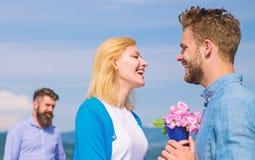 ny förälskelse Startar den hållande ögonen på flickan för före dettapartnern lycklig förälskelseförbindelse Före dettamake som är royaltyfria bilder