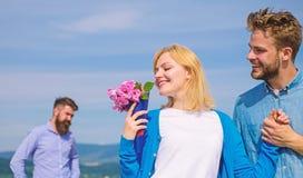 ny förälskelse Startar den hållande ögonen på flickan för före dettapartnern lycklig förälskelseförbindelse Koppla ihop den utomh royaltyfri foto