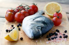 ny fisk för brädecuttingdorado Arkivfoton