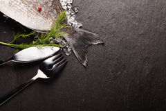 Ny fisk på is med bestick Royaltyfria Foton