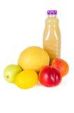 Ny flaska av fruktsaft med frukter som isoleras på vit Fotografering för Bildbyråer