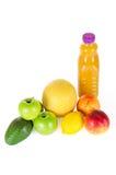 Ny flaska av fruktsaft med frukter som isoleras på vit Royaltyfri Fotografi