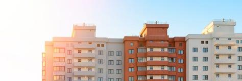 Ny flerbostadshusbyggnad Real Estate rengöringsdukbaner Royaltyfri Foto