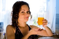 ny flickaexponeringsglasfruktsaft royaltyfria bilder
