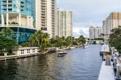 Ny flod i i stadens centrum Fort Lauderdale, Florida Arkivfoton