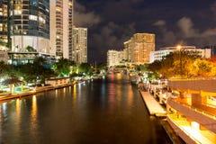 Ny flod i i stadens centrum Ft Lauderdale på natten, Florida, USA Arkivbild