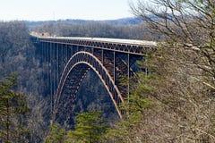 Ny flodklyfta och bro Royaltyfri Bild