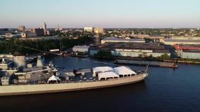 Ny flyg- sikt av slagskeppet - ärmlös tröja Delaware River Camden New Jersey stock video