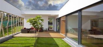 Ny fridsam modernt hem med privatträdgården och terrass Royaltyfri Bild