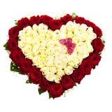 Ny frodig bukett av vita och röda rosor som isoleras på vit, formad hjärta Royaltyfri Bild