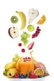 Ny frukt över exponeringsglas av mång- vitaminefruktsaft royaltyfri foto