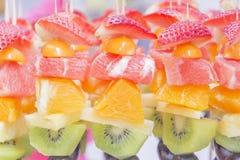 Ny frukt-apelsin, kiwi, druvor, jordgubbar arkivbild