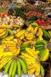 Ny frukt i en marknad Arkivbild