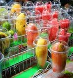 Ny frukt i exponeringsglas Arkivfoton