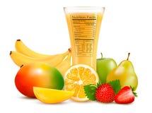 Ny frukt och ett exponeringsglas av fruktsaft med en näring  Arkivbild
