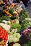 Ny frukt och grönsaker som är till salu på marknaden Royaltyfri Bild