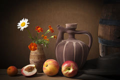Ny frukt och keramisk tillbringare royaltyfri foto