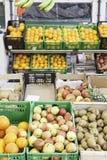 Ny frukt på en marknad Royaltyfria Foton