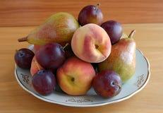 Ny frukt på en vit pläterar Royaltyfri Foto