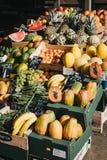 Ny frukt på försäljning på stannar utanför Hampstead Heath Rail Station, London, UK arkivfoton
