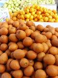 Ny frukt på hylla av marknaden Arkivfoto