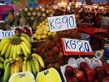 Ny frukt på nattmarknaden i Pattaya, Thailand royaltyfria bilder