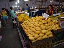 Ny frukt på nattmarknaden i Pattaya, Thailand arkivbild