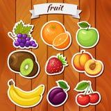 Ny frukt på träbakgrund Plan design för fulla färger Fruktklistermärke Strikt vegetarianmat Druva apelsin, äpple, kiwi, jordgubbe Royaltyfri Foto