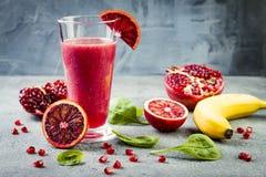 Ny fruktsaft eller smoothie för Detox i exponeringsglas med blodapelsiner, gräsplaner, granatäpple Hemlagad uppfriskande fruktdry arkivfoton
