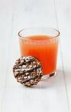 Ny fruktsaft för grapefrukt med chokladkakor Royaltyfri Fotografi