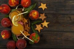 Ny fruktsaft för persika med nya persikor på en mörk bakgrund Bästa sikt, kopieringsutrymme äta som är sunt Ny fruktsaft med pers Arkivfoto