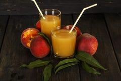 Ny fruktsaft för persika med nya persikor på en mörk bakgrund Bästa sikt, kopieringsutrymme äta som är sunt Ny fruktsaft med pers Arkivfoton