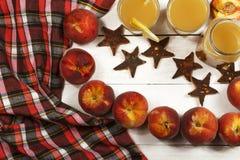 Ny fruktsaft för persika med nya persikor på en vit bakgrund Bästa sikt, kopieringsutrymme Ny fruktsaft med persikan Ny persika f Royaltyfria Bilder
