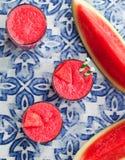 Ny fruktsaft för vattenmelon, smoothie på blå textilbakgrund Top besk?dar arkivbilder