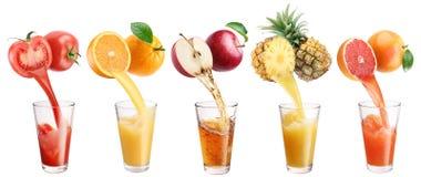 Ny fruktsaft häller från frukter och grönsaker i ett exponeringsglas Fotografering för Bildbyråer