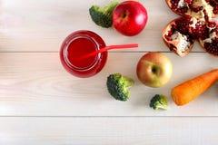 Ny fruktsaft i kan med ett sugrör på tabellen arkivbild