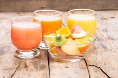 Ny fruktsaft med fruktsallad i den glass maträtten Royaltyfria Bilder