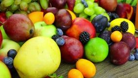 Ny fruktsaft och en grupp av frukt