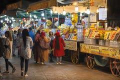 Ny fruktsaft stannar på fyrkantiga Jemaa el Fna i Marrakech Fotografering för Bildbyråer
