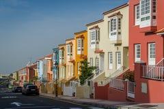 Ny gata för färgrika hus på den Tenerife ön Arkivfoton