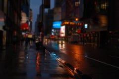 NY-gata på den suddiga sikten för natt arkivfoto
