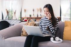 Ny generationaffärskvinnan arbetar med en anteckningsbok och en sma Arkivfoton