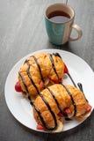 Ny giffel p? tabellen, med varma te, jordgubbar och bananer, l?cker frukost arkivbilder