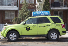 Ny gräsplan-färgad Boro taxi i Brooklyn Royaltyfri Fotografi