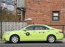 Ny gräsplan-färgad Boro taxi i Brooklyn, NY Arkivbild